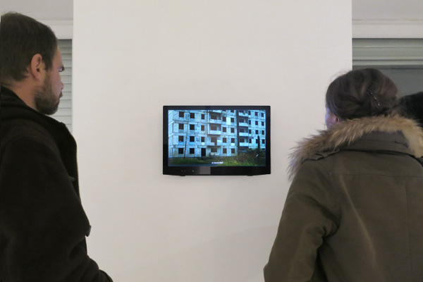 Elsa Werth,'km unité pratique de distance' [vidédo still 4], 2013, video, son stereo, 07.30min. Vue d'exposition Fondation Rosenblum, Paris, 2013